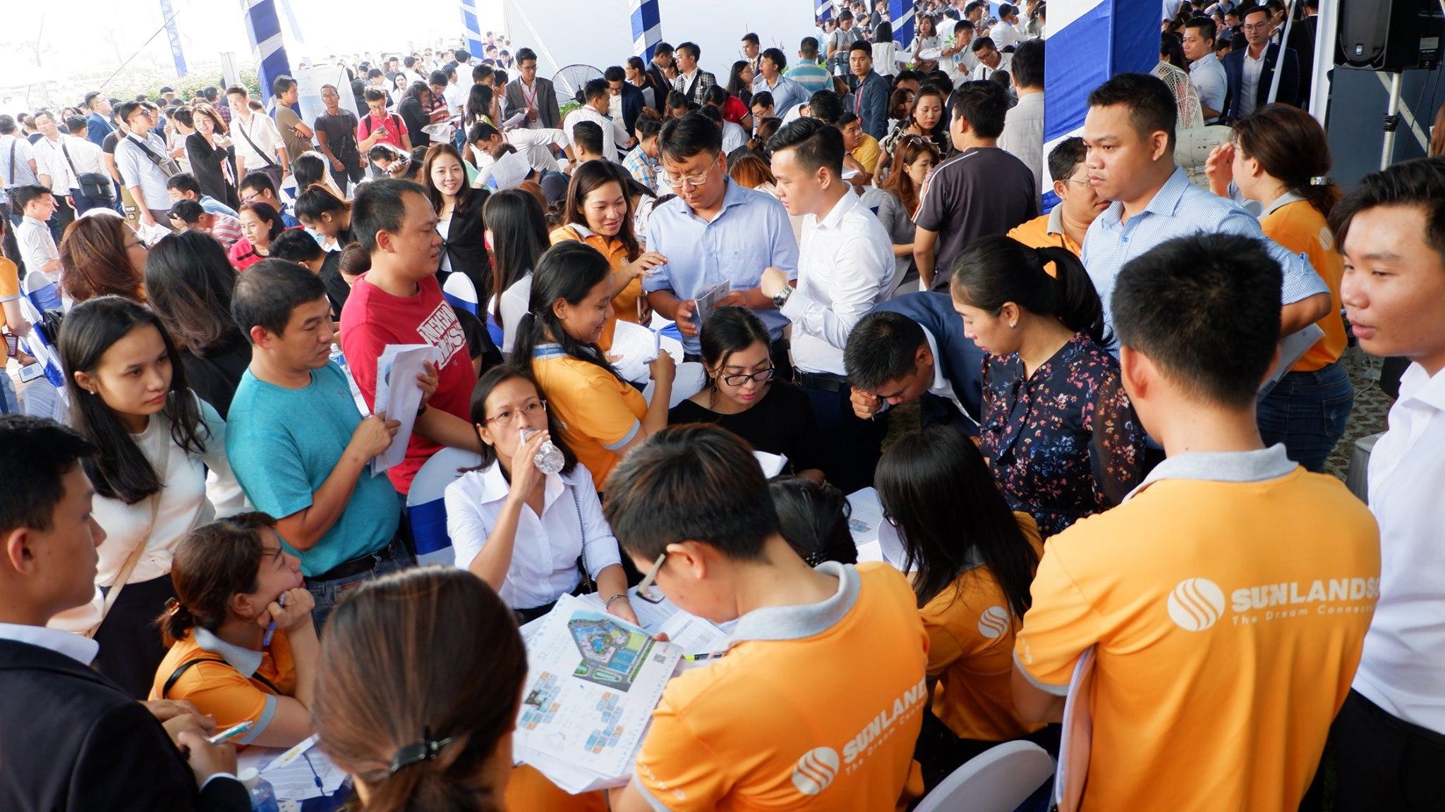 Hỗ trợ khách hàng chọn căn tại Sự kiện mở bán Safira Khang Điền
