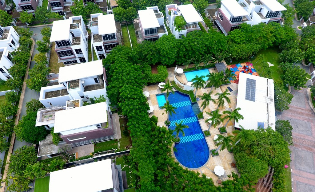 Hơn 60% diện tích toàn khu được bao phủ bởi cây xanh, hồ nước và các thiết kế cảnh quan. Riviera Cove đầy đủ các tiện nghi nội khu như hồ bơi, sân tennis, hồ bơi, sân chơi trẻ em.