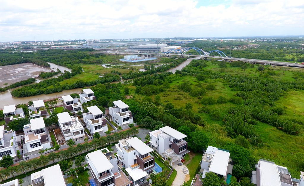 Nhiều khu biệt thự đang xuất hiện gần cầu Rạch Chiếc, công trình kết nối Xa lộ Hà Nội qua Khu công nghệ cao với cảng Cát Lái, Hiệp Phước, quận 7.