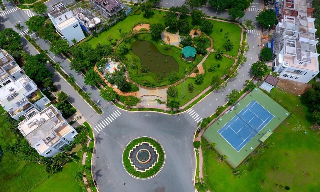 50% diện tích được dùng cho các tiện ích và khuôn viên cây xanh với 8 tiểu công viên, các hồ bơi, sân tập thể thao...