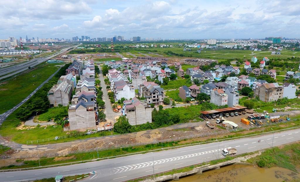 Trái ngược với các khu biệt thự, tại khu vực này nhiều khu dân cư cũng được quy hoạch, xây dựng nhưng số phận lại rất hẩm hiu. Trong ảnh, dự án Khang An nằm bên đường vành đai 2 và cao tốc TP.HCM - Long Thành - Dầu Giây có quy mô hơn 11 ha, gồm 350 nền biệt thự song lập và đơn lập, nhà liên kề kết hợp với khu thương mại và chung cư cao 9 tầng đang bị bỏ hoang gần chục năm nay.