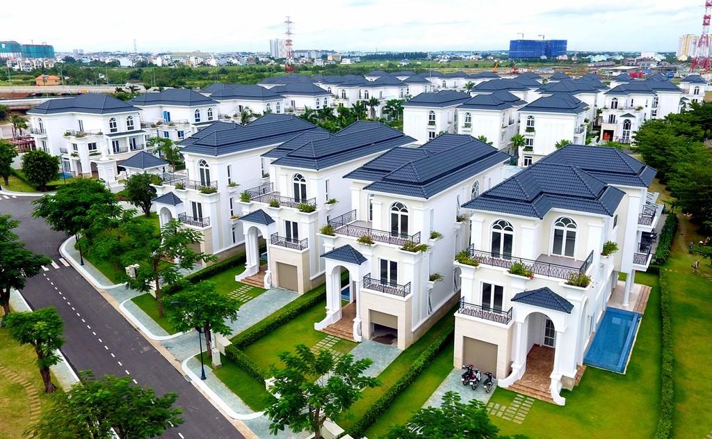Những căn biệt thự tại đây được thiết kế với phong cách bán cổ điển do Khang Điền làm chủ đầu tư.