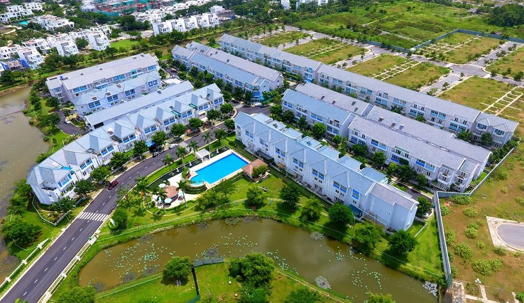 Khu dân cư cao cấp rộng hơn 32.000 m2 gồm 160 căn nhà liền kế có sân vườn, hồ bơi chung...