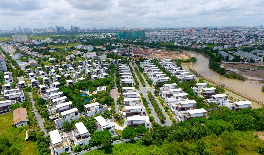 Cách Mega Residence hơn 1 km, thuộc đường D1, phường Phước Long B là khu biệt thự cao cấp với 96 căn mang tên Riviera Cove, nằm bên sông Rạch Chiếc.