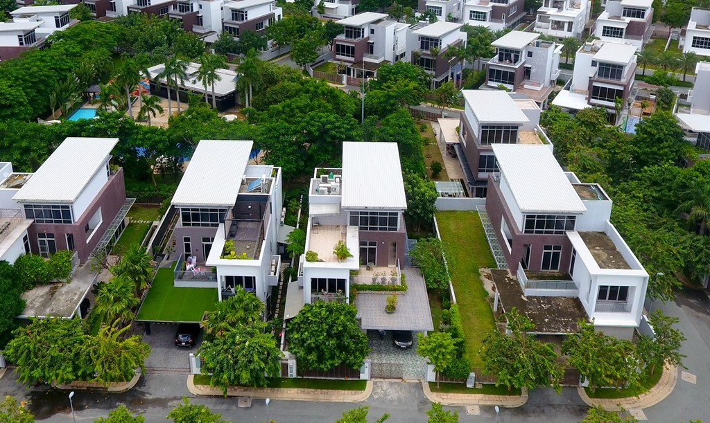 Những căn biệt thự ven sông này được thiết kế theo phong cách hiện đại, diện tích từ 340 m2 đến 415 m2. Giá khởi điểm là 14,5 tỷ đồng mỗi căn.
